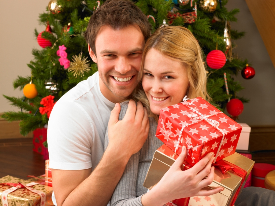 Young-couple-with-gifts